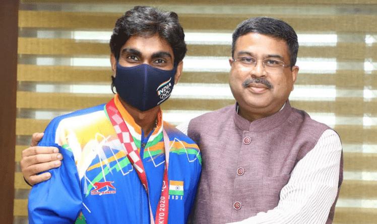 Photo of Union Minister Dharmendra Pradhan Meets Ace Para-Shuttler Pramod Bhagat – Pragativadi
